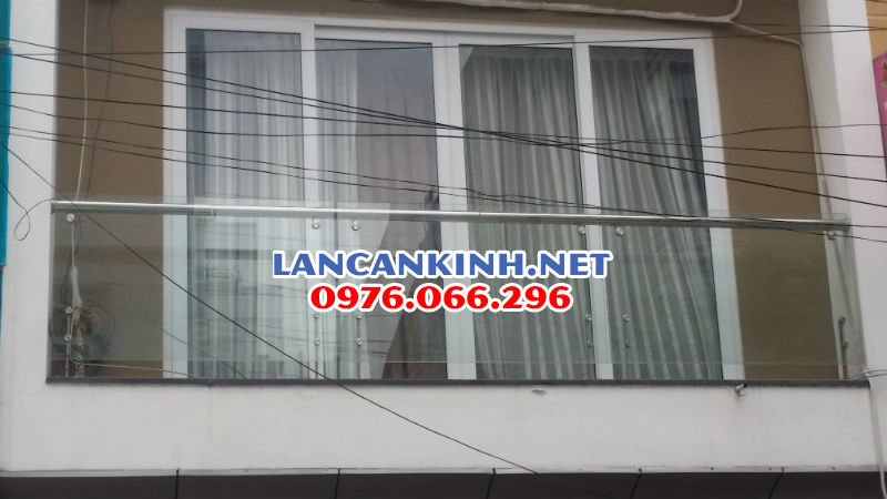 Lan-can-kinh-tru-ngan-tay-vin-inox-ban-cong